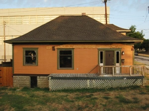Nice Bungalow colors but some placement issues. Time for a new Bungalow porch design.